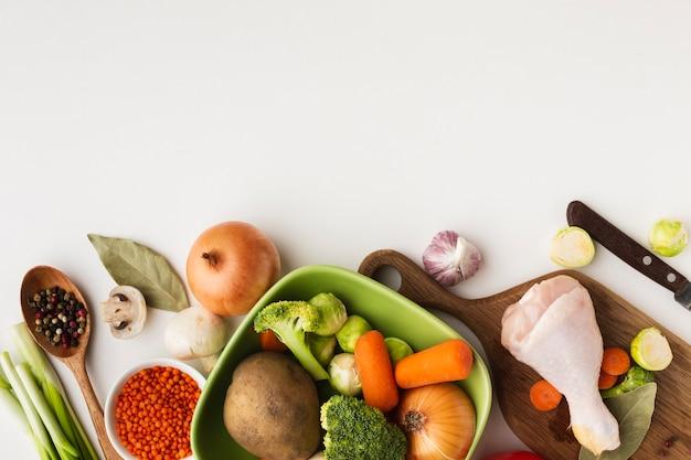 Vista superior mistura de legumes na tábua e na tigela com espaço de cópia