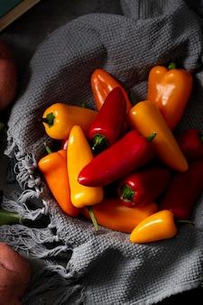 Vista superior mistura de pimentas com toalha de cozinha