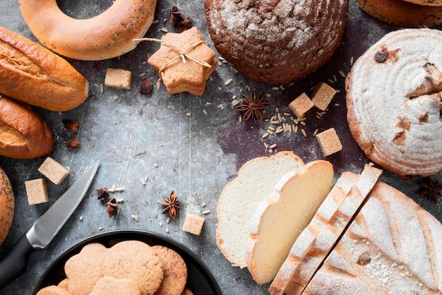 Vista superior mix de pães e biscoitos com cubos de açúcar mascavo