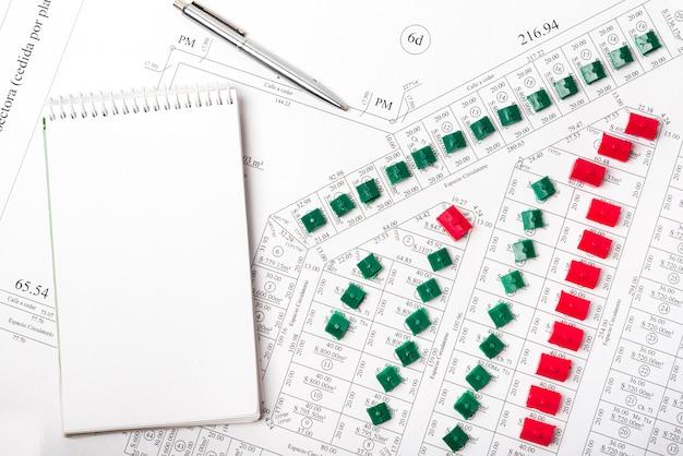 Vista superior mock-up bloco de notas e casas em parcelas