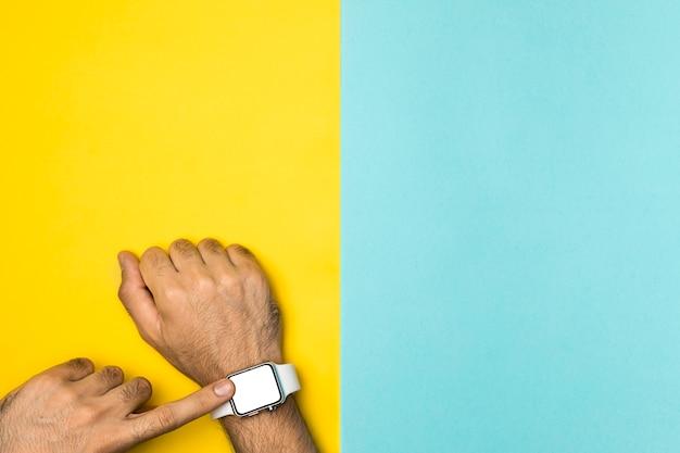 Vista superior mockup smartwach na mão da pessoa