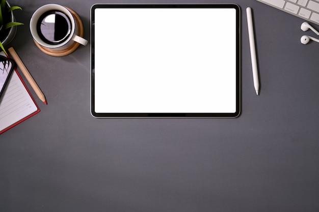 Vista superior mockup tablet de tela em branco na mesa de escritório