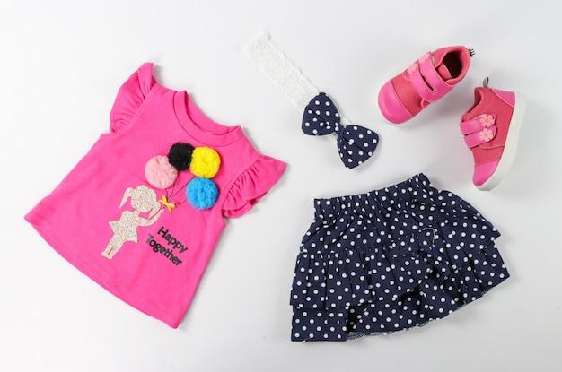 Vista superior moda aparência moderna de roupas de bebê rosa, conceito de moda