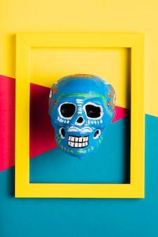 Vista superior moldura amarela com caveira azul