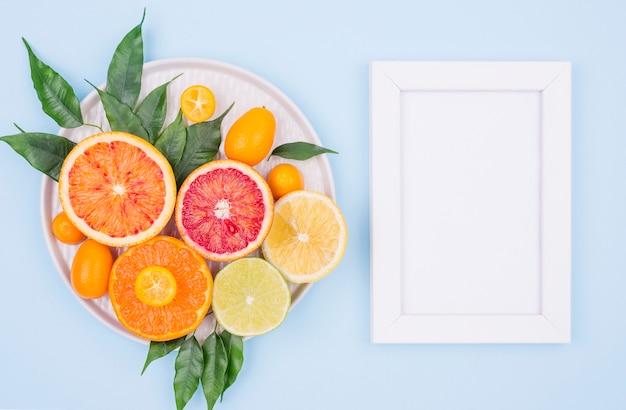 Vista superior moldura branca com saborosas frutas