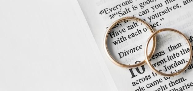 Vista superior moldura de alianças de casamento