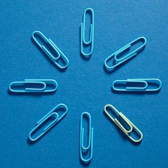 Vista superior monte de clipes de papel azuis em cima da mesa