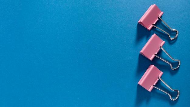 Vista superior monte de clipes de papel com espaço de cópia