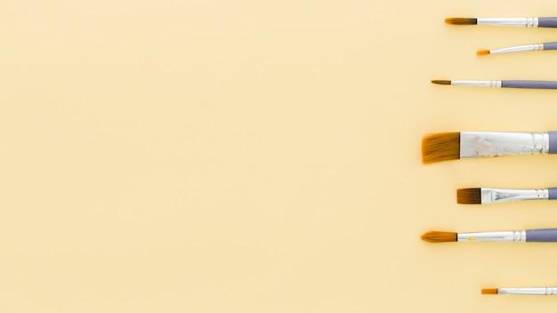 Vista superior monte de pincéis com espaço de cópia