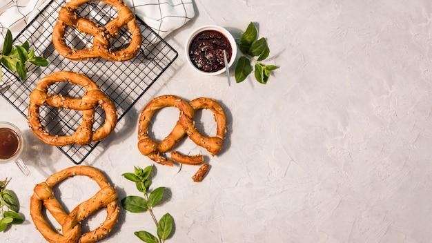 Vista superior monte de pretzels com espaço de cópia