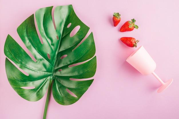 Vista superior, morangos, copo e folha