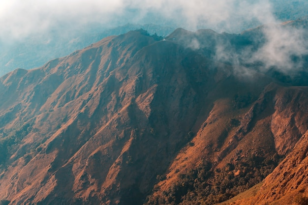 Vista superior mulayit taung luz dourada do sol da manhã e a névoa coberta no monte mulayit, mianmar