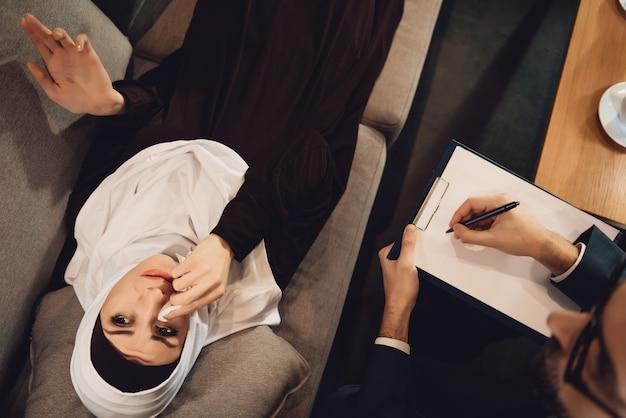 Vista superior, mulher árabe, em, recepção, de, psicólogo