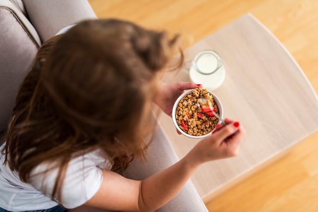 Vista superior mulher comendo cereais
