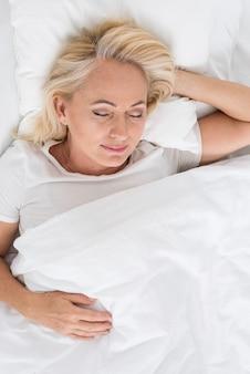 Vista superior mulher feliz dormindo