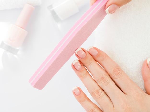 Vista superior mulher mãos usando ferramentas de manicure