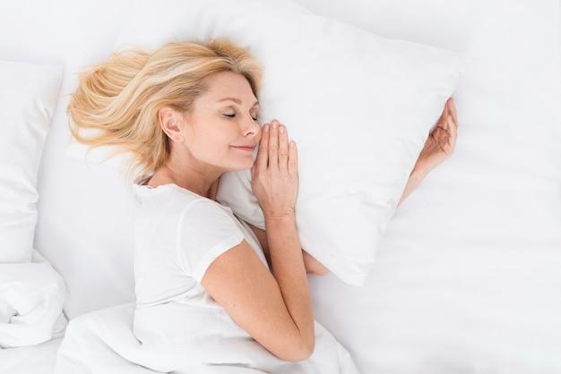 Vista superior mulher muito madura, tirando uma soneca