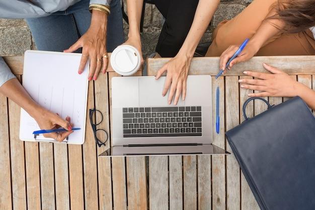 Vista superior mulheres de negócios, trabalhando fora
