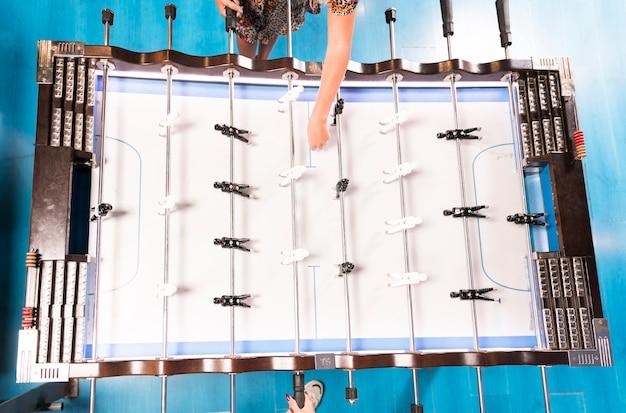 Vista superior mulheres jogando pebolim