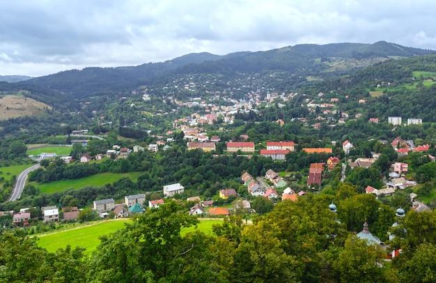 Vista superior na cidade de banska stiavnica, eslováquia, da colina de banskostiavnicka kalvaria.
