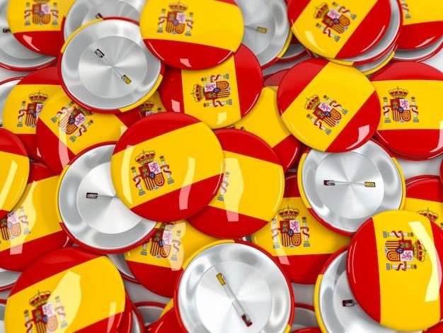 Vista superior na pilha de crachá de botão com bandeira da espanha.