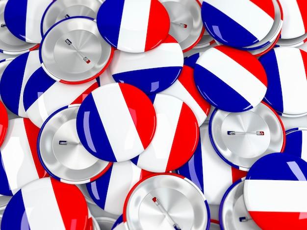 Vista superior na pilha de emblemas do botão com a bandeira da frança. renderização 3d realista