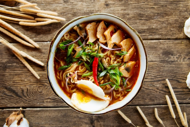 Vista superior na sopa de macarrão japonês ramen asiático