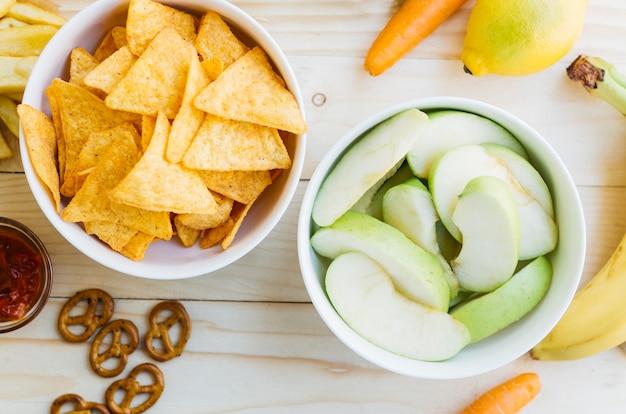 Vista superior nachos vs frutas