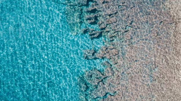 Vista superior nas rochas debaixo d'água
