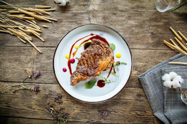 Vista superior no bife de carneiro grelhado gourmet