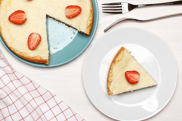 Vista superior no bolo de queijo com morangos.