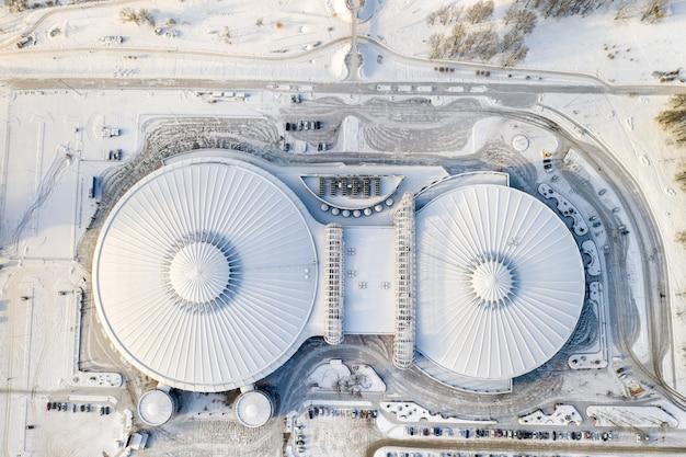 Vista superior no inverno de um complexo esportivo moderno com estacionamento em minsk. bielo-rússia.