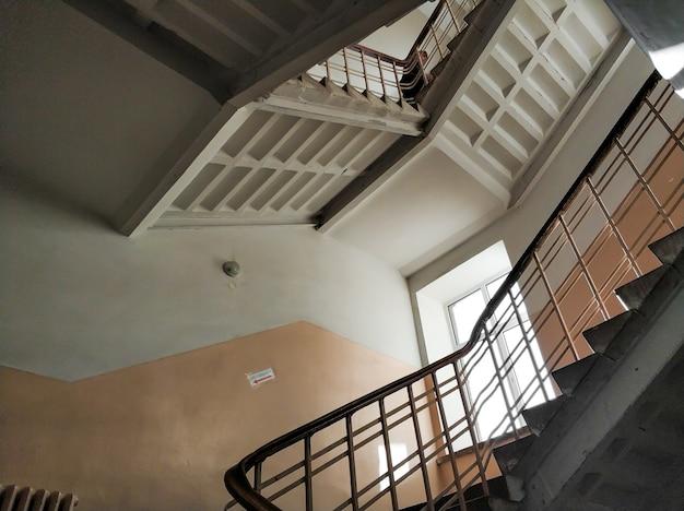 Vista superior no lance de escadas de um edifício alto e antigo