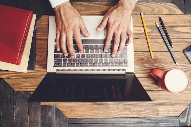 Vista superior no laptop e espaço de trabalho.