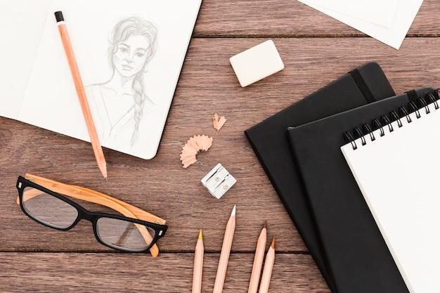 Vista superior no local de trabalho criativo com desenho