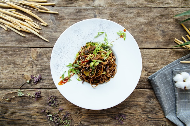 Vista superior no macarrão asiático soba wok asiático com legumes