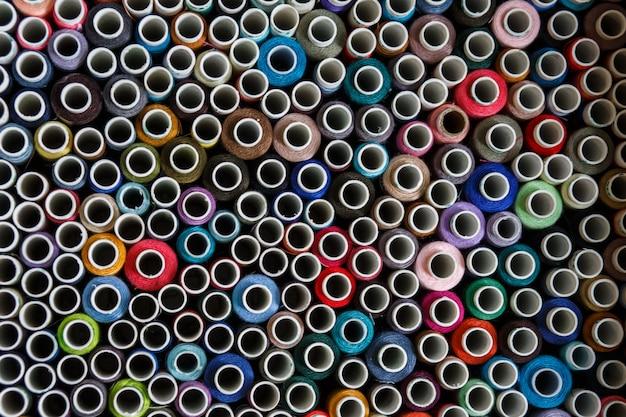 Vista superior no monte de novelos coloridos linha de costura.