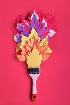 Vista superior no plano leigos com pincel carregado com tinta feita de papel folhas de outono