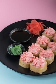Vista superior no prato de pãezinhos com creme rosa