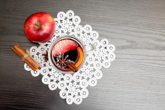 Vista superior no vinho quente com especiarias.