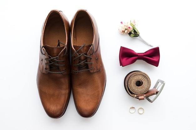 Vista superior noivo sapatos e acessórios