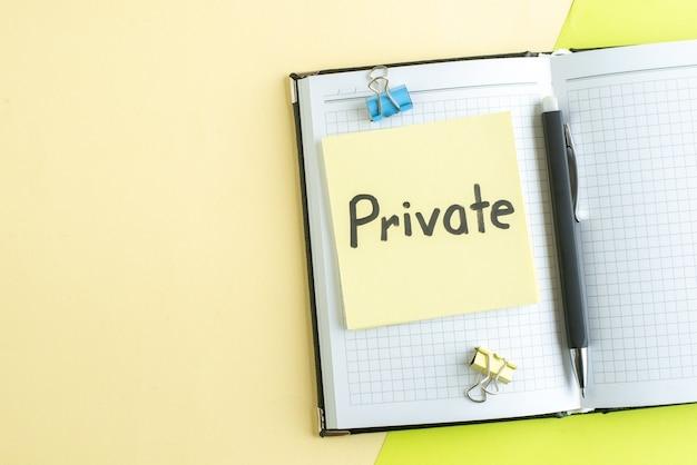Vista superior nota escrita privada com bloco de notas e caneta sobre fundo verde caderno cor salário trabalho escritório faculdade de negócios escola