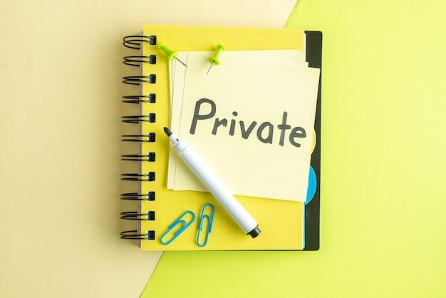 Vista superior nota escrita privada com bloco de notas sobre fundo verde cor do caderno salário trabalho escritório negócios faculdade escola dinheiro