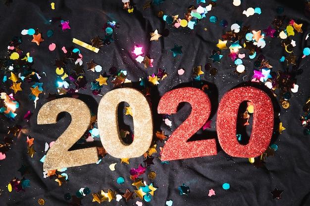 Vista superior números coloridos com data de ano novo