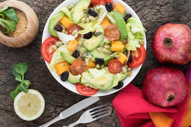 Vista superior nutritiva de frutas e salada vegetariana