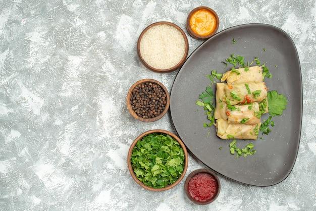 Vista superior o delicioso dolma de repolho consiste em carne moída com verduras no fundo branco prato de carne jantar calorias óleo comida