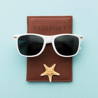 Vista superior óculos de verão com passaporte