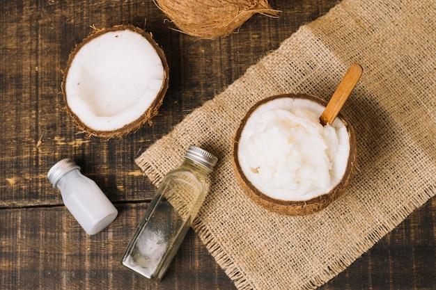 Vista superior óleo de coco com composição de coco
