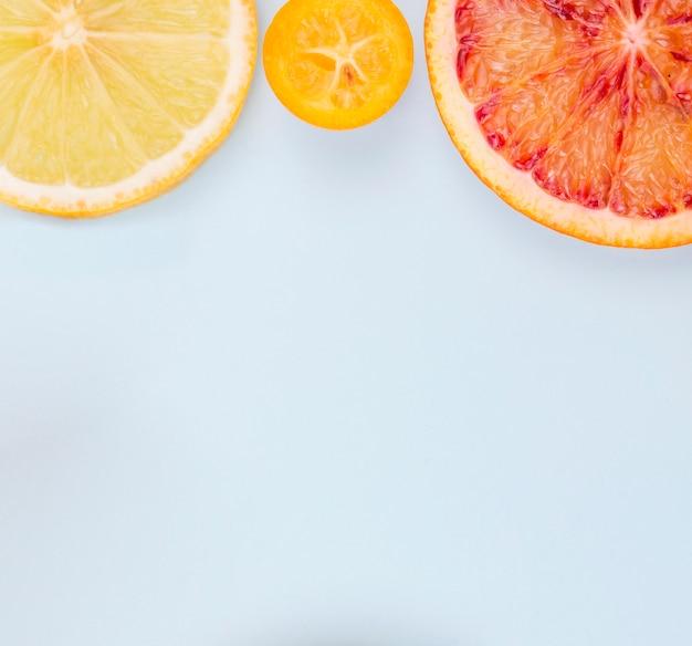 Vista superior orgânica limão e toranja e copie o espaço