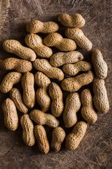 Vista superior orgânicos amendoins em cima da mesa